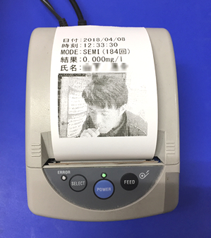 本人の写真と検知器の数値をプリントアウト